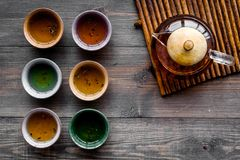 set tea för ceremoni Glass tekanna och keramiska koppar på mörk träcopyspace för bästa sikt för bakgrund Royaltyfri Fotografi
