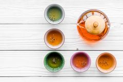 set tea för ceremoni Glass tekanna och keramiska koppar på vit träcopyspace för bästa sikt för bakgrund Royaltyfria Bilder