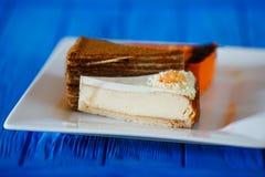 Set trzy wyśmienicie torta na kwadrata talerzu, ciasteczko conc obrazy royalty free
