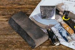 set tynk kielni szpachelka na tła drewnie i narzędzia Budynku i odświeżania pojęcie Zdjęcie Royalty Free