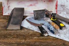 set tynk kielni szpachelka na tła starym drewnie i narzędzia Zdjęcie Stock