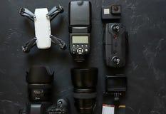 Set videographer na czarnym tle Cyfrowa kamera, karta pamięci, akcji kamera, truteń, pilot do tv i kamera, Odg?rny widok zdjęcie stock