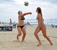 set volleyboll för strandkvinnlig Arkivbild