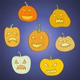 Set von 7 Halloween geschnitzten Kürbisen Stockfotografie