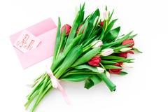 Set von 9 Abbildungen der wundervollen mehrfarbigen Tulpen Tulpen nahe Frühling ist kommende Handbeschriftung auf weißem Draufsic Lizenzfreie Stockfotografie