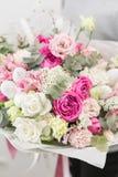 Set von 9 Abbildungen der wundervollen mehrfarbigen Tulpen Schöner Luxusblumenstrauß von Mischblumen in der Frauenhand die Arbeit Lizenzfreies Stockbild