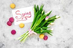 Set von 9 Abbildungen der wundervollen mehrfarbigen Tulpen Tulpen und Bonbons macarons nahe Frühling übergeben Beschriftung auf g Stockfotografie