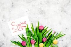 Set von 9 Abbildungen der wundervollen mehrfarbigen Tulpen Tulpen und Bonbons macarons nahe Frühling übergeben Beschriftung auf g Stockfoto