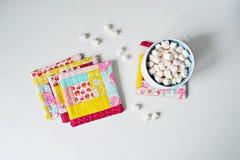 Set wacianego patchworku kolorowi kabotażowowie i biała filiżanka fotografia royalty free