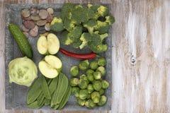Set warzywa na bielu malował półkowego i drewnianego tło: kalarepy, ogórek, jabłko, pieprz, Brussels flance, grochowi strąki, bro Zdjęcie Royalty Free