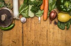Set warzywa, owoc, cytryna, pieczarka, cebula, pieprz, grula, czosnek i ziele na drewnianym nieociosanym tło odgórnego widoku cl  Zdjęcia Stock