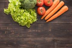 Set świezi warzywa na drewnianym tle z mnóstwo kopii sp Zdjęcia Stock