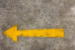 Seta amarela deixada na rua do asfalto Fotos de Stock Royalty Free