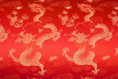 Seta cinese rossa con i draghi ed i fiori dorati Fotografie Stock