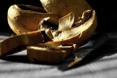 Seta cortada con el cuchillo en la madera Fotografía de archivo