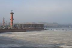 A seta da ilha de Vasilievsky é um dia nevoento de março St Petersburg, Rússia Foto de Stock Royalty Free