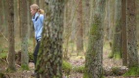 Seta del Morchella de Gyromitra en la tierra en el bosque de la primavera almacen de video