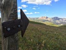 Seta direcional na fuga alpina imagens de stock royalty free