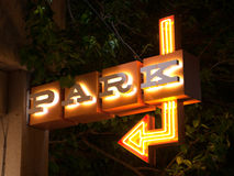 Seta do centro iluminada da garagem de estacionamento do sinal de néon do parque imagem de stock royalty free