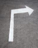 Seta do sinal de estrada na superfície da textura do asfalto Foto de Stock Royalty Free