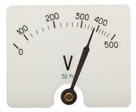 Seta do voltímetro que indica uns 380 volts, isolada nos vagabundos brancos Imagem de Stock