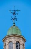 A seta do Weathervane mostra a direção do vento Fotos de Stock Royalty Free