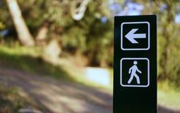 Seta e sinal de passeio no parque fotos de stock royalty free