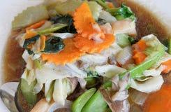 Seta frita y verduras mezcladas fotografía de archivo