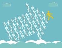 A seta mostra a maneira - a multidão de trabalhadores segue a ligação da equipe Foto de Stock