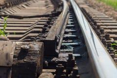 A seta railway com os dorminhocos para duas maneiras fotografia de stock