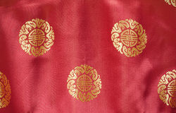 Seta rossa con il reticolo del broccato ricamato oro Immagini Stock Libere da Diritti