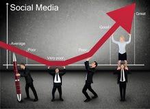 Seta social dos meios do impulso da equipe do negócio acima imagens de stock royalty free