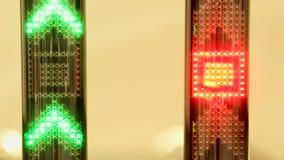 Seta verde da luz do diodo emissor de luz que aponta acima e que move-se rapidamente para cima vídeos de arquivo