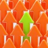 Seta verde entre alaranjadas Imagem de Stock
