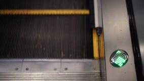 Seta verde na escada rolante no movimento filme