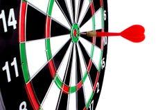 Seta vermelha batida no centro de target-2 Foto de Stock