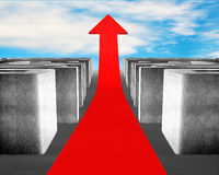 Seta vermelha crescente através do labirinto do concreto 3d Imagens de Stock Royalty Free