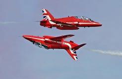 Seta vermelha demonstração aérea invertida Foto de Stock