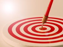 Seta vermelha do dardo do bullseye que bate o centro do alvo do alvo Conceito do sucesso, alvo, objetivo, realização Vintage com  Fotos de Stock Royalty Free