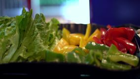 seta y pimientas de 4K Enoki para el hotpot del almuerzo en restaurante del buffet taiw?n almacen de video