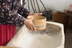 Setacciamento della farina Fotografia Stock