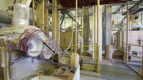 Setaccio industriale della farina stock footage