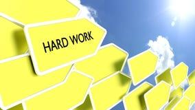 Setas amarelas com o trabalho duro das palavras Imagem de Stock