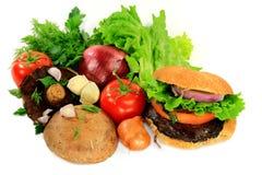 Setas asadas a la parrilla hamburguesa, ingredientes y condimentos. Fotos de archivo