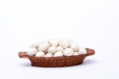 Setas blancas en una cesta aislada en blanco Foto de archivo libre de regalías