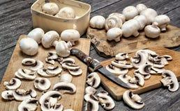 Setas blancas frescas en un fondo de madera Fotografía de archivo libre de regalías