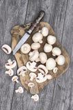Setas blancas frescas en un fondo de madera Imágenes de archivo libres de regalías