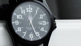 Setas corridas no vídeo mecânico do timelapse dos relógios de pulso video estoque