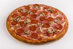 Setas de la pizza, salami, salchichones, jamón en un fondo blanco imagenes de archivo