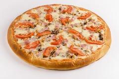 Setas de la pizza, tocino, tomates, queso en un fondo blanco fotografía de archivo